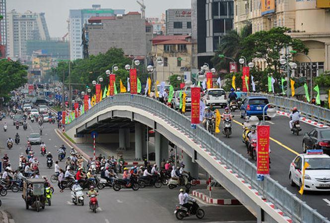 cầu vượt nút giao thông hoàng quốc việt và nguyễn văn huyên
